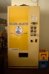 Getränkeautomat mit Mate-Logo